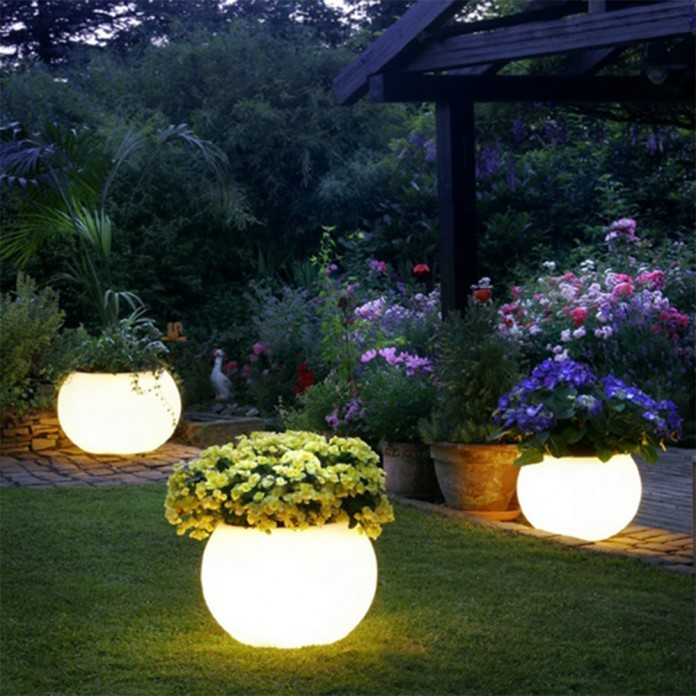 نورپردازی باغ با گلدان های نوری