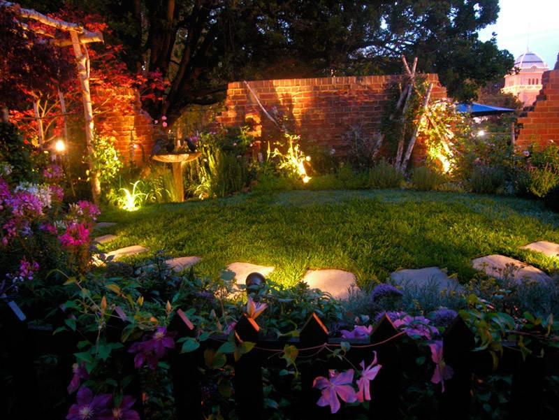 ایده برای نورپردازی دیوارهای باغ